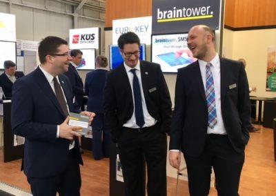 Jens Hinsberger und die beiden Geschäftsführer von Braintower präsentieren das Braintower SMS Gateway.